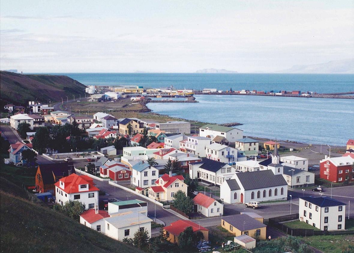 (图)瑟伊藻克罗屈尔坐落在冰岛的北海岸边 编者按:本文作者是一名美国的高中教师和大学足球队教练,因为偶然的机遇,他利用连续6年的暑假去冰岛参加第二级别联赛。文章记录了他在冰岛关于足球和生活的见闻。 格雷塔尔(Gretar)摇了摇手中的罐子,从中倒出了些许鱼油,然后将这带着腥味的液体涂抹在自己苍白粗糙的腿筋和股四头肌上。此刻,我们正呆在北极圈以南80公里处的一间更衣室内,等待着进行一场冰岛第二级别联赛的较量。 门被用力推开,教练走进来,宣布了本场比赛的首发11人以及6名替补球员。他用沉闷的喉音给队员们做登