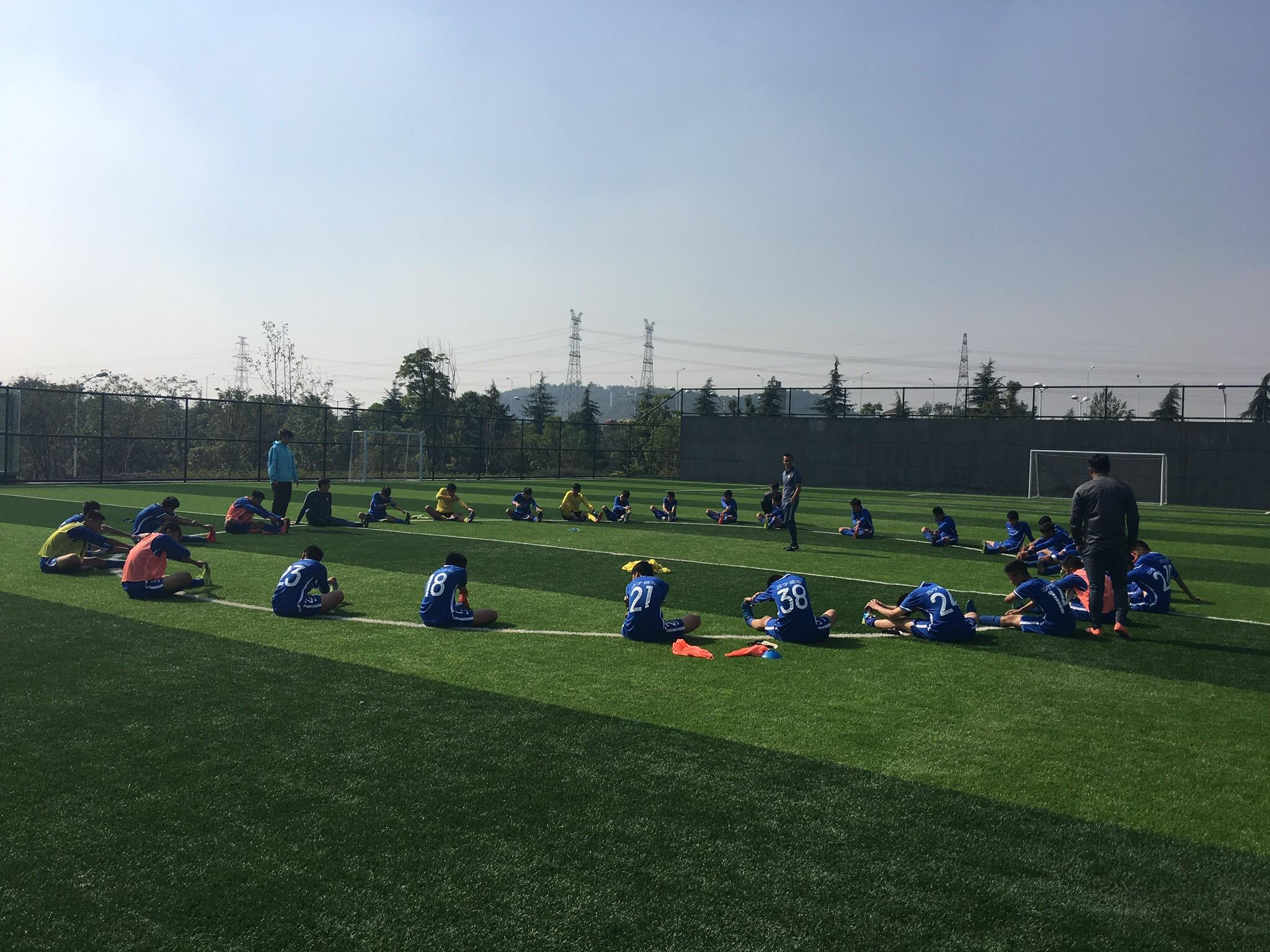 国米青训教练开始带领苏宁U15训练 强调快乐