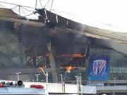 虹口足球场突发大火,现场浓烟滚滚火势凶猛