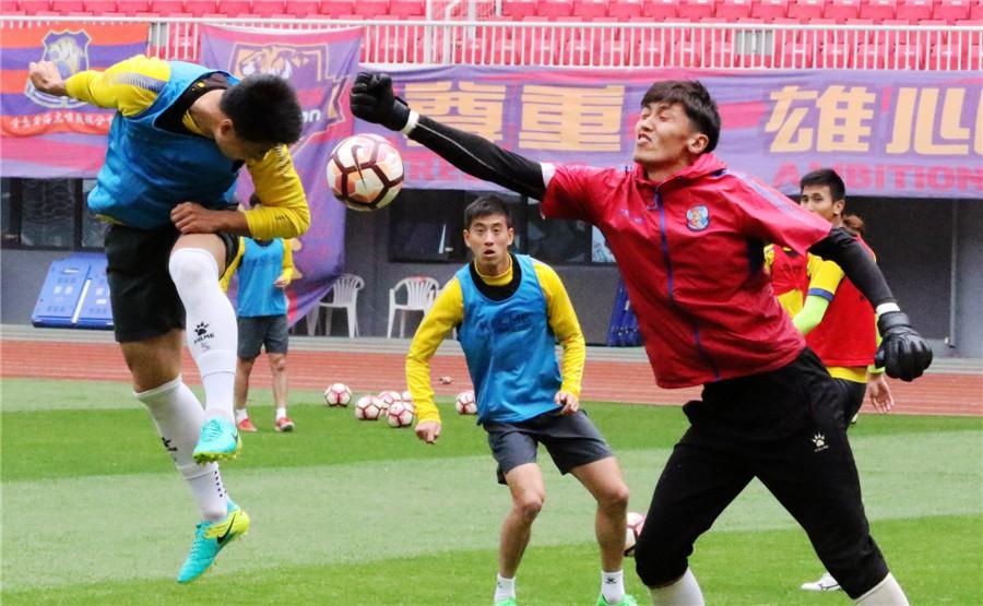 青岛黄海足球队在自己的主场进行
