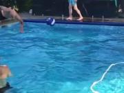 路易斯泳池第二弹:高手鱼跃头球,皮球落入水面反弹击倒水瓶