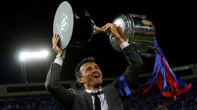 三连冠,巴萨保留国王杯奖杯 - 专业权威的足球