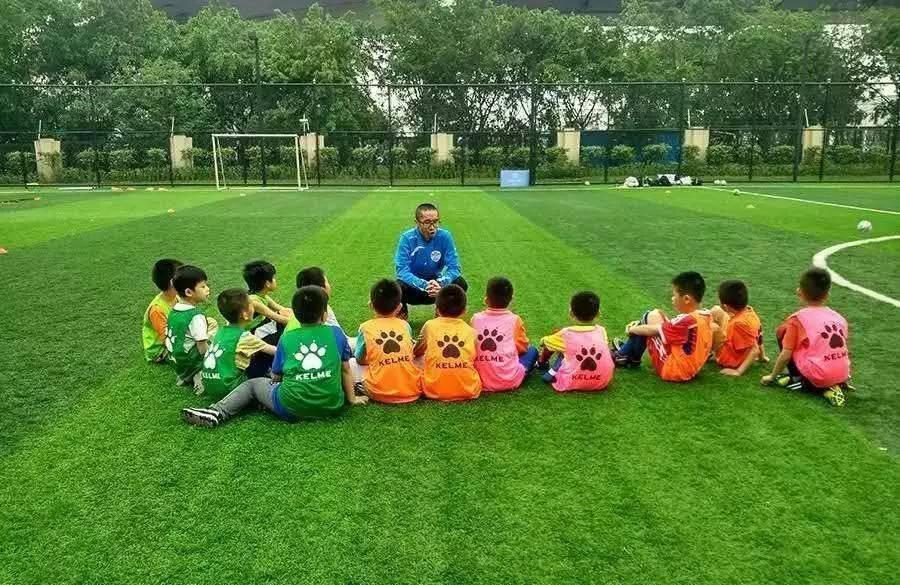 足球技巧:韩国小孩足球技巧训练_青少年守门员训练_在学校足球青少年训练收费