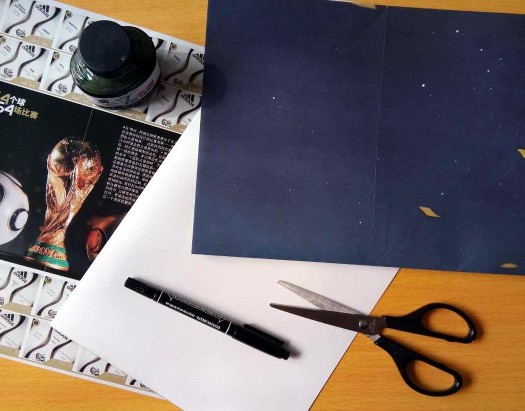 """一张印有""""大力神杯""""的海报或者报纸,剪刀,记号笔,12色色粉笔一盒,胶水"""