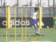 经典的国产足球教学:基础的绳梯热身与传接球训练