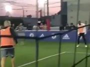 卢卡库五人制球场秀脚法,场边的切尔西队徽亮了
