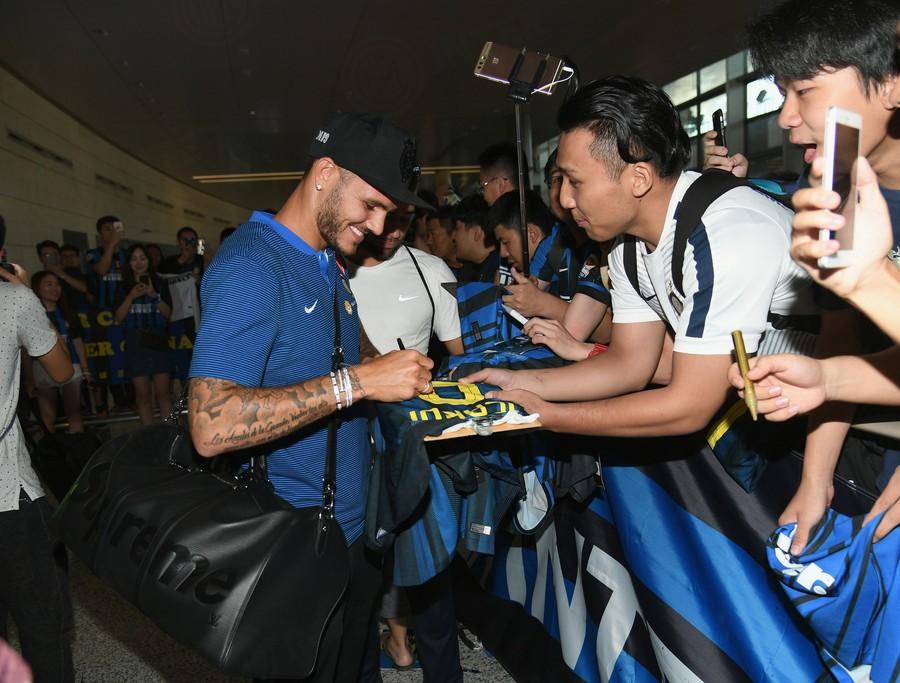 图集:国米全队抵达南京,球迷现场热烈欢迎