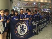 切尔西抵达北京,孔蒂为等待的热情球迷签名
