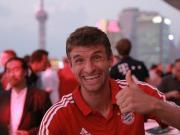 友爱,胡梅尔斯穆勒训练后与中国小球迷互动