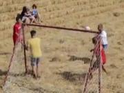 用稻草建造足球场,俄罗斯农民对足球的热爱让人感动