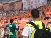 赛后谢场王大雷深情喊话球迷:我们赢球了就是最棒的
