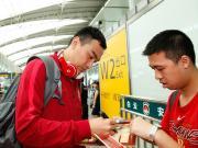 图集:恒大返回广州,球员耐心与球迷合影签名