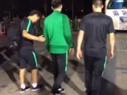 李磊一瘸一拐离开球场,队医:踝关节都肿了