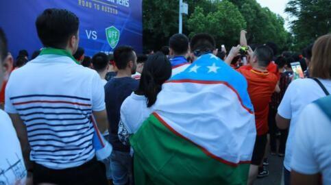 图集:乌兹球迷披国旗合影,并用中文祝中国加油