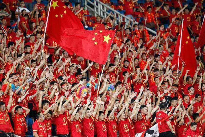 最后,我们想对今天到场的五万多名球迷、屏幕前为国足呐喊鼓劲以及一直以来关注足球的球迷朋友说一声感谢!足球有情,情系球迷,球迷永远是中国足球的力量之源。我们的主场永远有山呼海啸的助威呐喊,我们的队伍永远不是单兵作战,我们的成绩永远牵动着亿万球迷的内心。今夜的胜利属于你们,可爱的中国球迷!