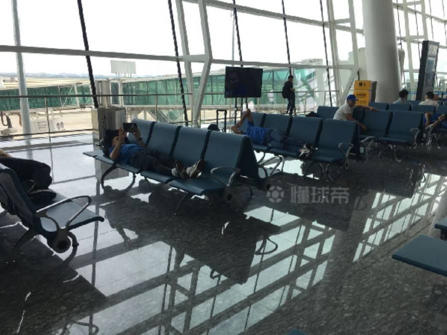 飞机延误,乌兹球员在机场睡觉