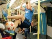花式足球之王伦敦街头地铁炫技,妹子都看呆了