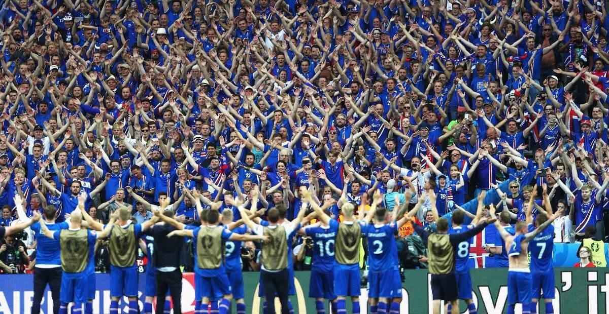 冰岛目前在世界杯欧洲区预选赛I组以19分暂居首位,领先身后的克罗地亚与乌克兰2分,最后一场只要击败科索沃就将晋级。  上轮冰岛在客场3-0战胜土耳其,由于克罗地亚在主场1-1被芬兰逼平,使得这座北欧32万人口小国在最后一轮前登上榜首!  面对小组垫底的科索沃,取胜就将史上首次进入世界杯正赛。不胜也没有关系,由于同分的克罗地亚和乌克兰将直接对话,冰岛至少锁定小组前两名,将参加附加赛。  冰岛最后登上I组榜首出乎大多数人的意料,2012年的他们世界排名仅为131位,最新的排名已经升到了第20位。 近几年冰岛足
