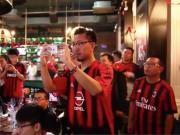 啤酒,烧烤,小酒馆,感受AC米兰球迷在德比时的激情