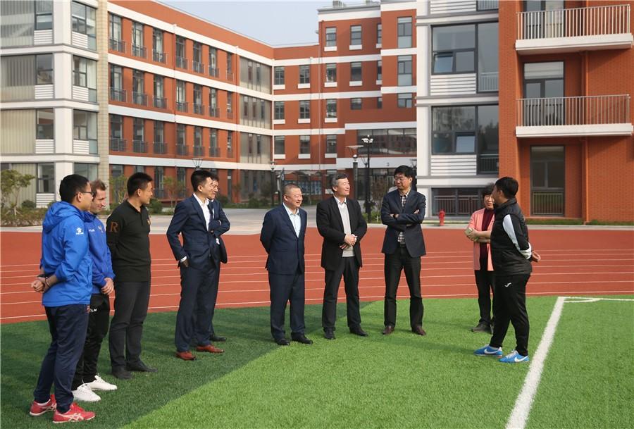 岛黄海与39中分校签约 开展校园足球与运动员