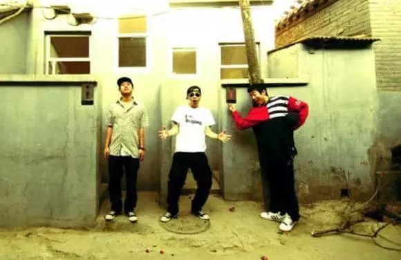早在中国嘻哈音乐火热之前,阴三儿的《北京晚报》《老师你好》等作品