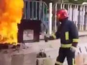 一位消防员来到火灾现场,然后打开一瓶可乐......