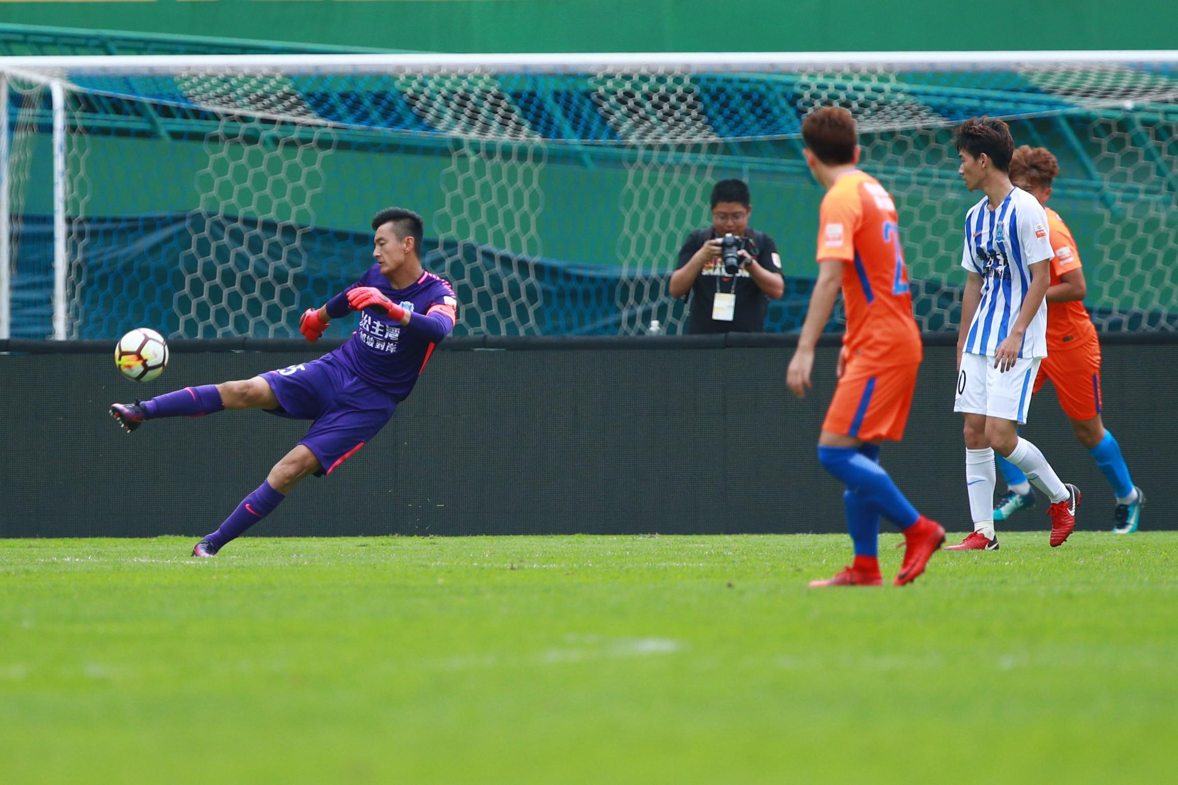 中超预备队联赛今天进行了第7轮比赛,广州富力在越秀山体育场1比3不敌山东鲁能,外援佩洛维奇在比赛中打入一球。这是他加盟球队后第一次破门。   本场比赛首发阵容。 山东鲁能一直是预备队联赛的绝对强队,本赛季前6轮他们取得全胜,但因为首轮2比1击败北京国安的比赛中,下半场同时在场的U23球员不足5人,违反新政被判罚为0比3负。  本场比赛开场之后,首发阵容有卢琳、佩洛维奇、韩锋等老将压阵的富力打得更为主动,频频射门制造威胁。   但山东鲁能却利用两次定位球机会取得领先,第12分钟,赵剑非角球进攻中抢点破门;第
