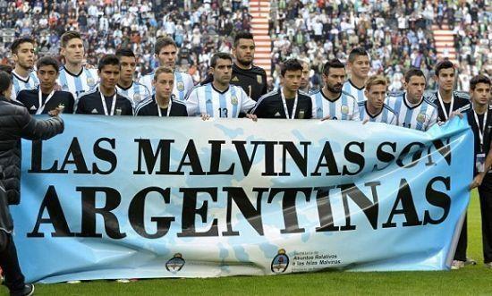2014年世界杯前,阿根廷在热身赛时打出宣示马岛主权的横幅(图片来源图片
