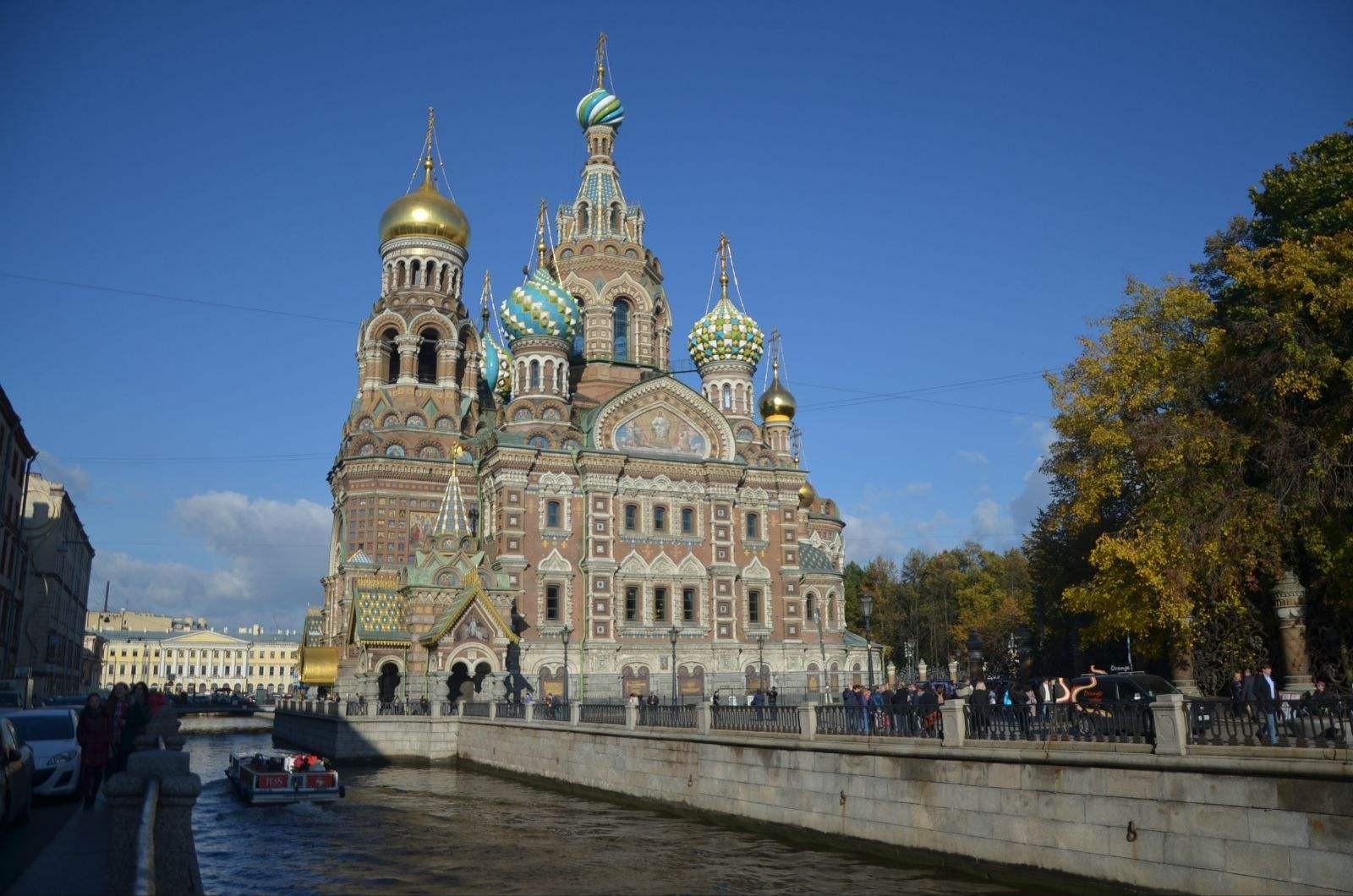 位于俄罗斯西北部的圣彼得堡,地处芬兰湾的最内处,纬度在北纬59~60之间,是俄罗斯在波罗的海沿岸最重要的港口城市。这座全俄的第二大城市,历史上曾是俄国的首都,如今这里仍是俄罗斯的联邦直辖市,并兼任周边列宁格勒州的首府,在俄国内拥有极高的经济、政治、文化地位。 (图)彼得大帝,城市的筑造者 1698年,彼得大帝因国内叛乱,取消了原定前往威尼斯学习造炮的计划,正式结束大出使,回到俄国。在迅速的平定完这场叛乱后,他开始着手将出使所学,致用于俄国的一系列变革振兴计划之中。而这其中最要的,便是打造一支足以称霸