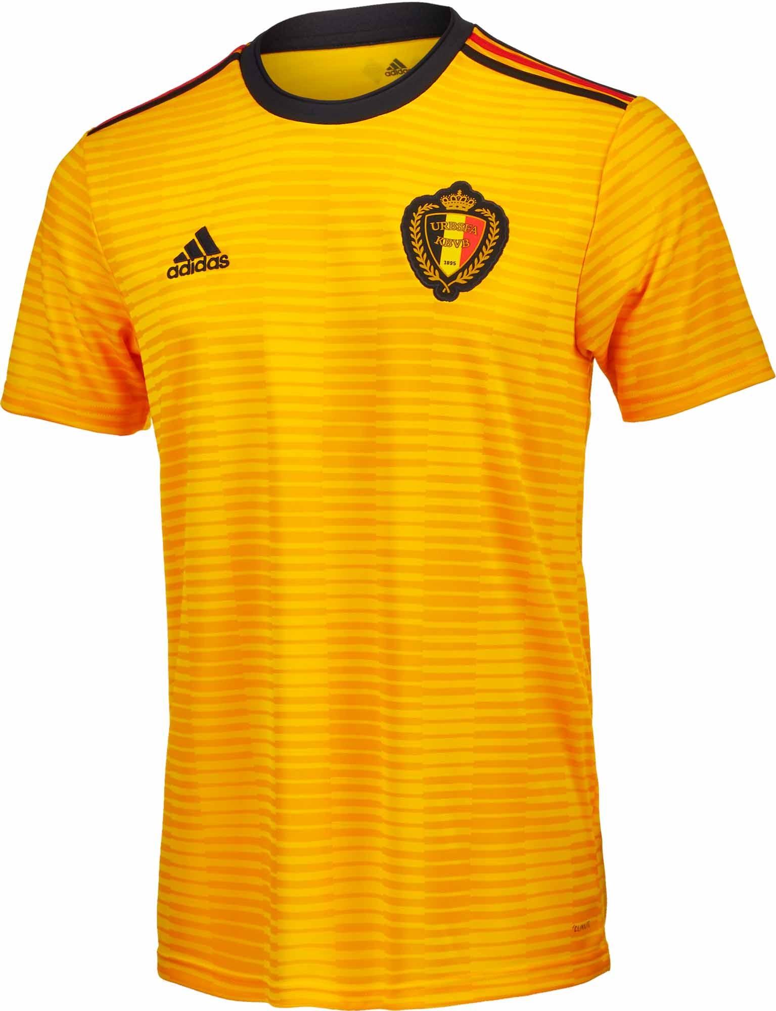 上一期文章为大家介绍了2018年世界杯F组球队的球衣情况。本期,小页将继续和球迷们一同欣赏本届世界杯G组四支球队的主客场球衣。 比利时(Adidas) 概况:欧洲区,FIFA排名:3  比利时国家队世界杯球衣品牌为阿迪达斯,复古仍是球衣的最突出特点。  比利时新款主场球衣以红色为主,最醒目的无疑是胸前的图案设计,这一灵感来源于1984年的主场球衣。  新款球衣保留了1984年球衣的菱形图案以及徽章居中的设计,不再使用黑色与白色,只保留红黄两色,徽章背景则改为深红,使球衣视觉效果更加一体化。  阿迪达斯标志