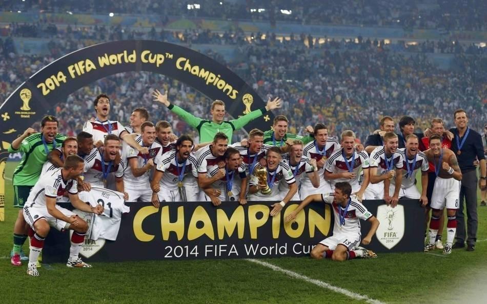 (一)1998法国世界杯 1998年法国世界杯是我看的第一届世界杯,好像也是很多中国球迷的第一届世界杯。那个夏天我在上小学二年级,还是一个扎着两个小辫子的小女孩,经常半夜起来和爸妈一起看球,尤其喜欢看点球大战,精彩刺激,颇有点儿看热闹不怕事大的感觉。没想到长大后,点球大战成了我最害怕的画面,残酷悲情。