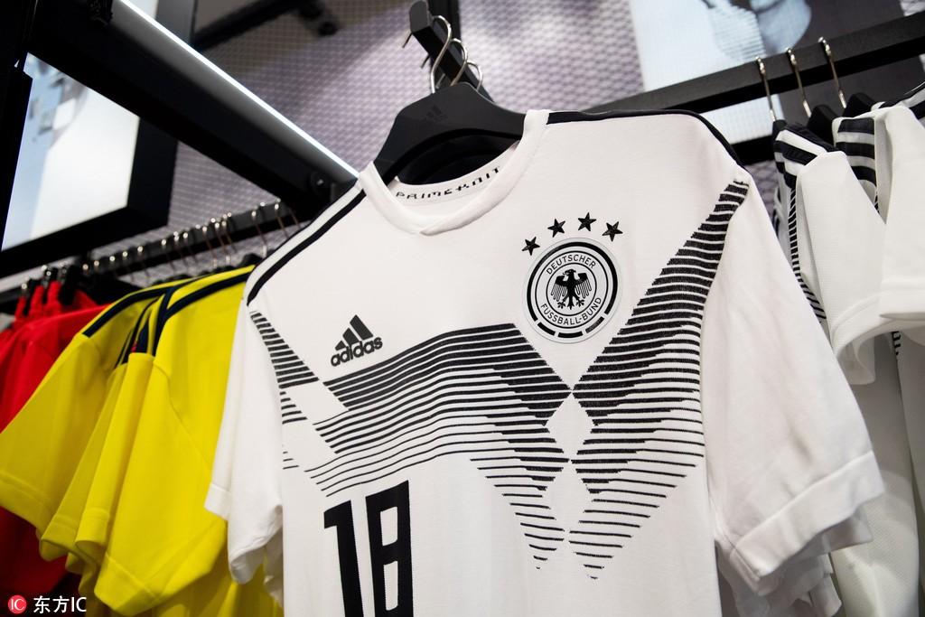 当地时间2018年6月5日,俄罗斯莫斯科,阿迪达斯店上架世界杯球衣,与