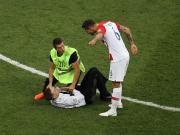 球迷闯入决赛想和球员击掌,洛夫伦直接将其放倒在地