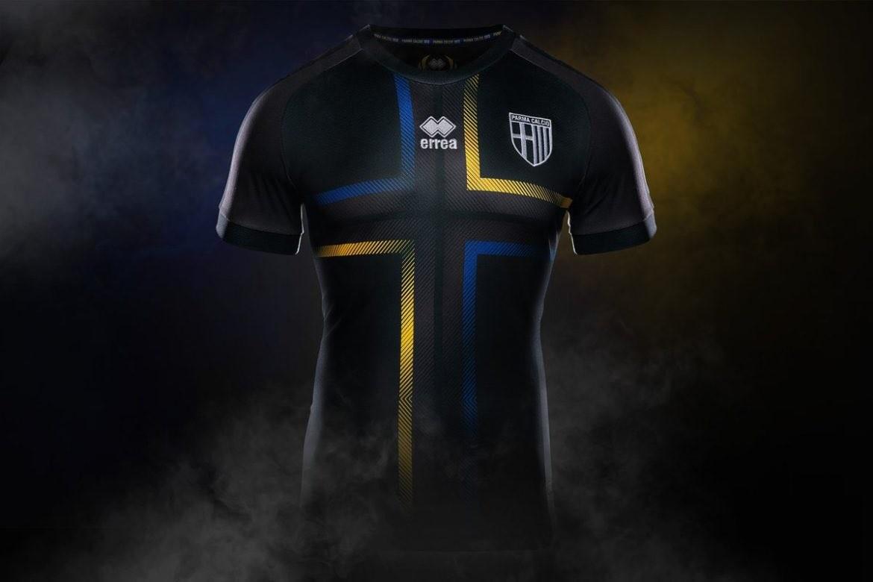 """这款全新战袍被称作""""黑色凤凰"""",全黑的球衣搭配中心十字架,细节处是图片"""