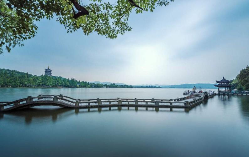 杭州西湖风景名胜区位于浙江省杭州市中心,分为湖滨区,湖心区,北山区
