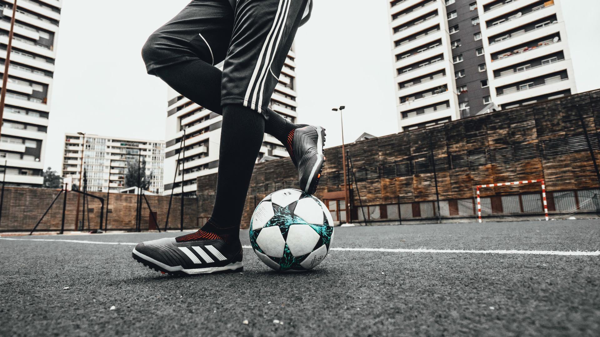 花式足球技巧之身后提拉环绕地球的一种变化