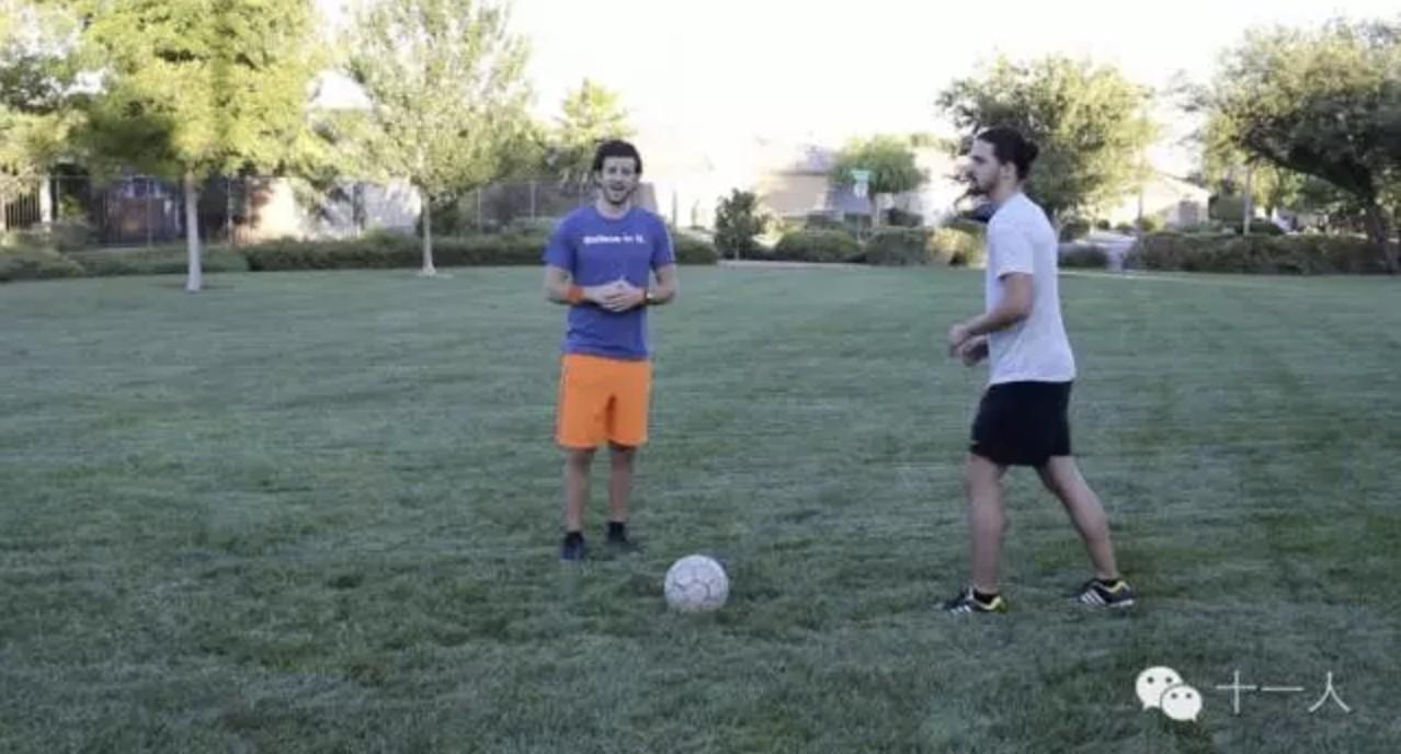 足球防守:1v1防守背身拿球进攻者的六个技术要