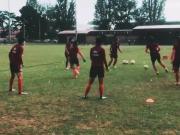 玫瑰依然铿锵!中国女足暴雨中完成在澳大利亚的首堂训练课