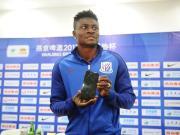 当选足协杯半决赛最佳球员,马丁斯获颁手机奖励