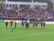 场边上千球迷歌声震天,我不说你敢信这是球队在训练?