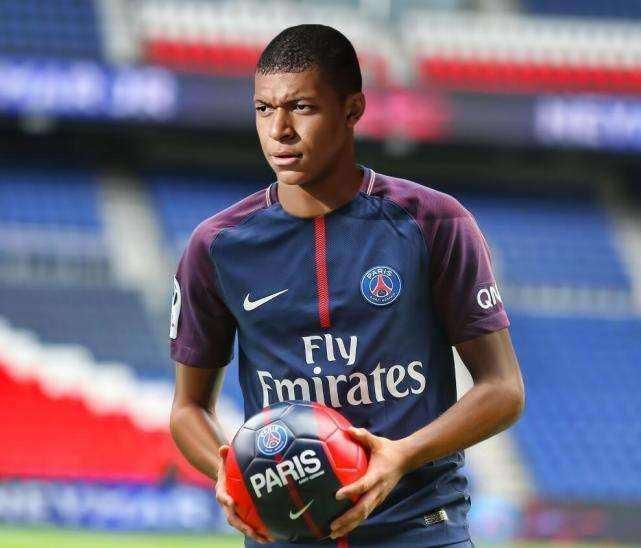 此前在巴西队比赛之前,有球童问内马尔为什么他要离开巴萨去法甲踢图片