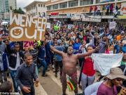 """弄啥嘞?津巴布韦反总统街头游行惊现""""温格out""""标语"""