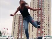 美感十足,外国小姐姐穿着紧身牛仔裤玩花式足球