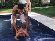 游泳要从小孩子抓起,特谢拉带女儿泳池爬行