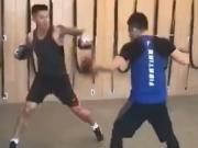 进军拳击界?亚泰球员于睿接受教练指导恢复体能