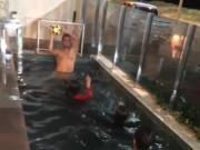光溜溜湿漉漉,胡尔克一家水池里玩足球场面刺激热闹
