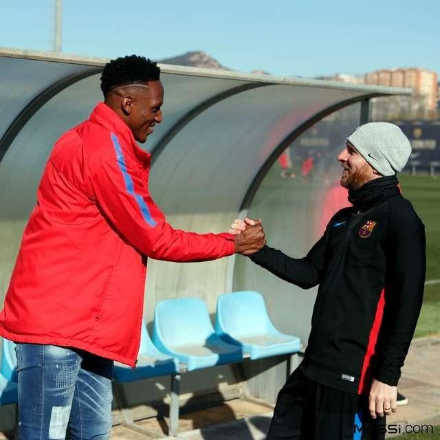 欢迎队友,梅西和米纳握手问好