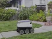 如今生活真是越来越走向高科技了,连送外卖都用机器人