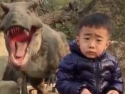 和恐龙合影又害怕还得笑?这就是所谓的强颜欢笑吧
