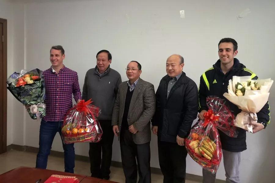 广西体育局局长慰问西荷足校西班牙足球教练